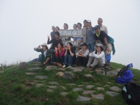 霧のち晴れの西別岳登山 霧の西別岳山頂