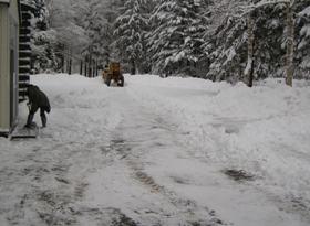 管理棟前除雪中