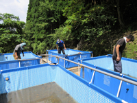 大型プール内に砂利を敷き詰める