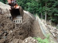 不良土壌を取り除いた擁壁裏込め部